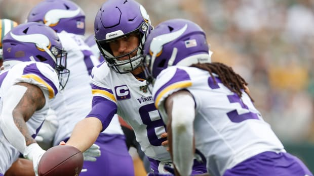 Kirk Cousins hands off to Dalvin Cook