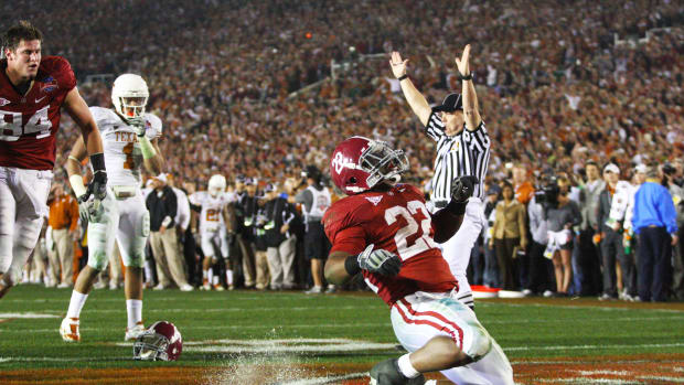 Mark Ingram scores a touchdown to help Alabama win the 2009 national title