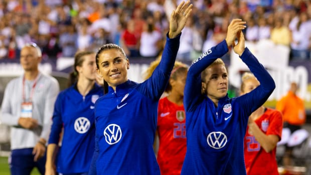 alex_morgan_waves_to_the_crowd.jpg