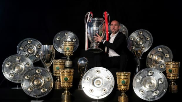 arjen-robben-and-franck-ribery-hand-over-championship-and-dfb-cup-trophy-to-fcb-erlebniswelt-5d5d353622daf4930a000001.jpg