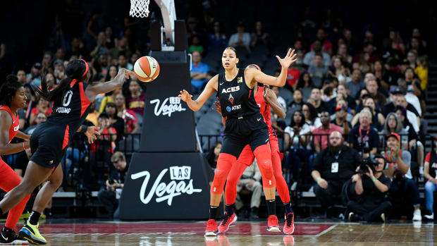 jackie_young_gives_an_entry_pass_to_cambage.jpg