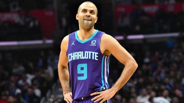 Tony Parker Returns 'Home' to San Antonio For First Time in Hornets Uniform-IMAGE