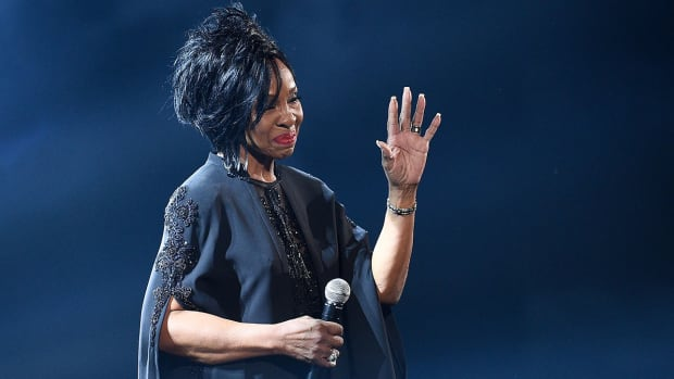 gladys-knight-perform-national-anthem-in-super-bowl.jpg