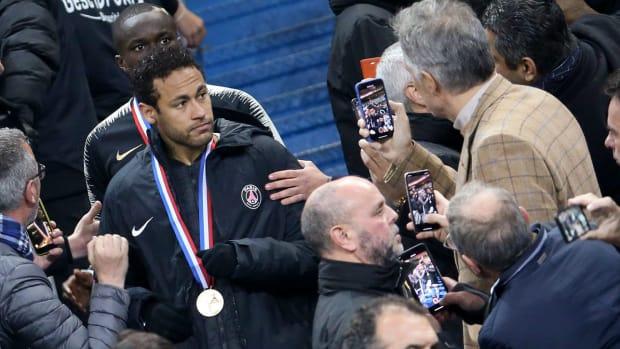 neymar-ban-swipe-fan-psg.jpg