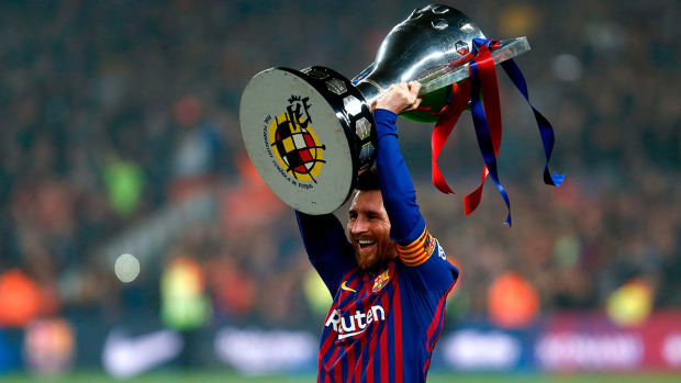 messi_lifts_the_la_liga_trophy_for_10th_title.jpg