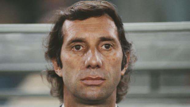 argentina-manager-carlos-bilardo-1984-5d338da43bba5eead7000001.jpg