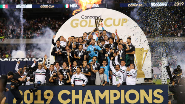 mexico-wins-gold-cup-trophy.jpg