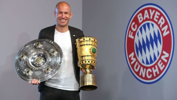 arjen-robben-and-franck-ribery-hand-over-championship-and-dfb-cup-trophy-to-fcb-erlebniswelt-5d1e18424d734157e8000001.jpg