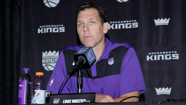luke_walton_sitting_at_kings_press_conference.jpg