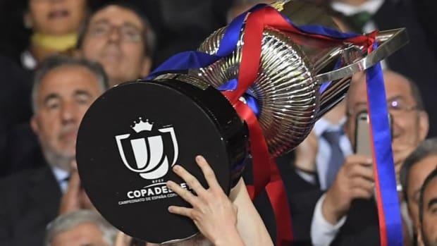 fbl-esp-cup-barcelona-sevilla-trophy-5cadb282192e05e80f00002b.jpg