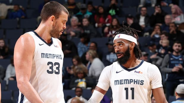 conley_and_gasol_tryna_get_outta_memphis.jpg