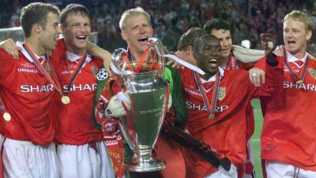 players-of-manchester-united-jubilate-with-the-tro-5ceaaa84269cf784aa000003.jpg