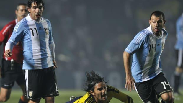 colombian-midfielder-abel-aguilar-falls-5cedaa6489898bbf4f000001.jpg
