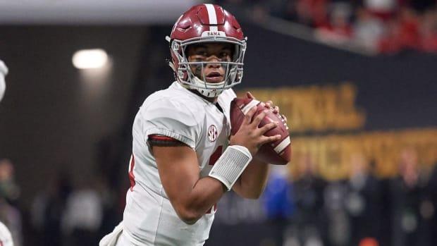 Alabama QB Tua Tagovailoa Injures His Thumb In First Spring Practice - IMAGE