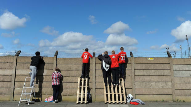 youngsters-climb-onto-a-wall-in-order-to-5b0186dff7b09d6285000002.jpg