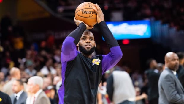 Lakers' LeBron James Scores 32 in Return to Cleveland--IMAGE