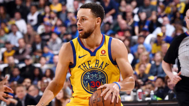 Warriors' Stephen Curry Injures Right Ankle, Exits Game vs. Spurs--IMAGE