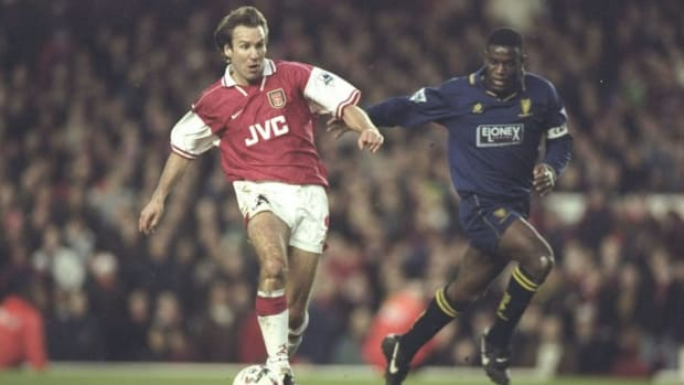 paul-merson-of-arsenal-challenged-by-robbie-earle-5c026a61334554f834000001.jpg