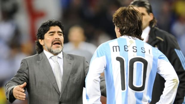 argentina-s-coach-diego-maradona-l-loo-5b2ae38e7134f6e13a000001.jpg