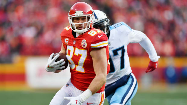 travis-kelce-head-injury-chiefs-titans.jpg