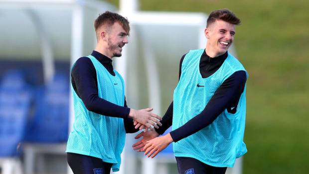 mason-mount-right-sharing-a-joke-with-james-maddison-in-england-training-this-week-5bbf5c77126aa154d2000001.jpg