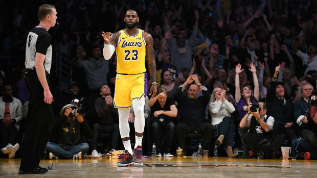 lebron_throws_up_gooseneck_in_lakers_win.jpg
