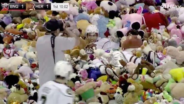 monday-hot-clicks-hershey-bears-teddy-bear-toss-record-video.png
