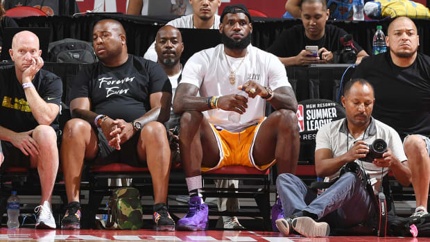 lebron_shows_up_to_lakers_summer_league.jpg