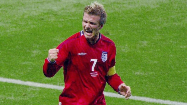 english-midfielder-david-beckham-l-reacts-after-5b8564699878745aea000011.jpg