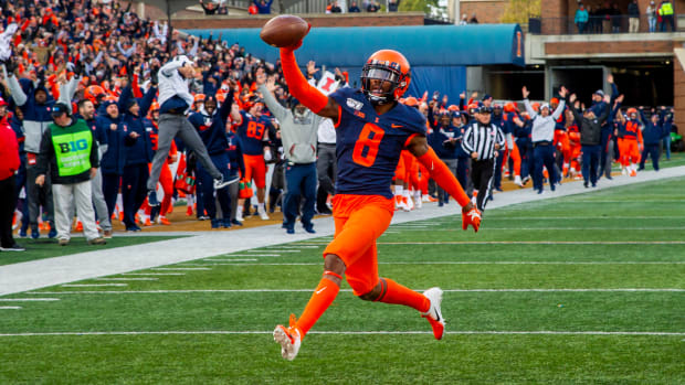 Illinois Fighting Illini defensive back Nate Hobbs (8) runs in for a touchdown against Rutgers during the second half at Memorial Stadium.