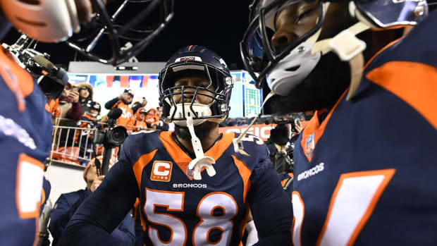 Denver Broncos outside linebacker Von Miller (58) (center) huddles with teammates before the game against the Cleveland Browns at Broncos Stadium at Mile High.