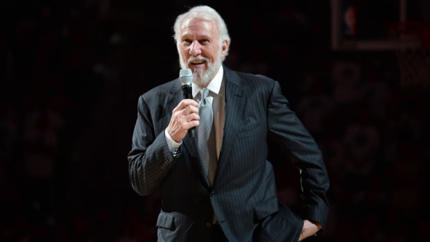 Gregg Popovich gives tie he wore to Craig Sager's funeral to Craig Jr. - IMAGE