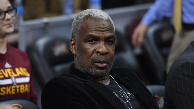 Charles Oakley accepts deal to dismiss charges - IMAGE