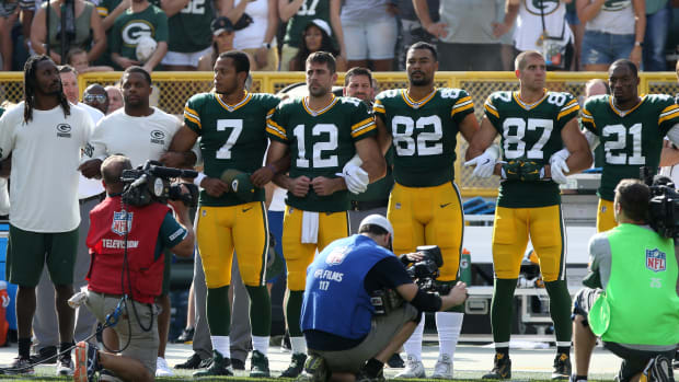 packers-link-arms-anthem.jpg