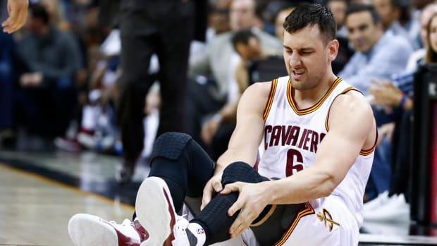 Andrew Bogut sustains fractured left tibia in Cavaliers debut - IMAGE