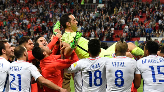 claudio-bravo-celebration-chile-portugal.jpg
