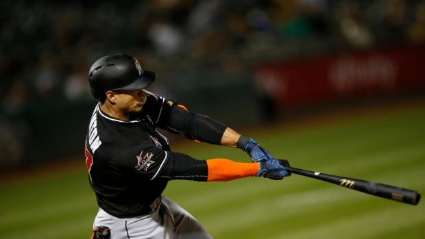 Marlins Slugger Giancarlo Stanton Hits Two Homers vs Braves, Leads MLB With 35 HR - IMAGE