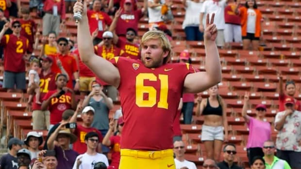 USC's Blind Long Snapper Jake Olson Makes Successful Debut - IMAGE