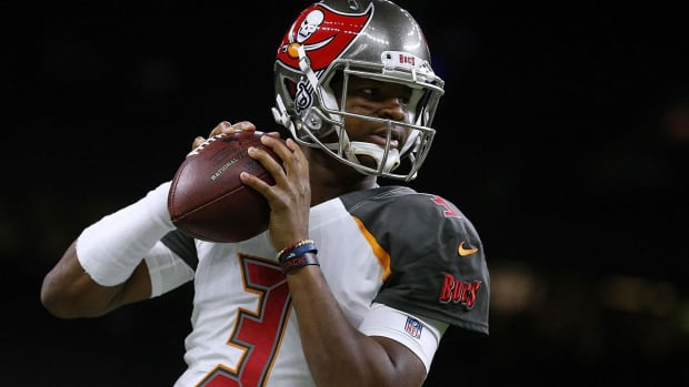 Bucs QB Jameis Winston Sits Second Half vs Saints Due to Shoulder Injury - IMAGE