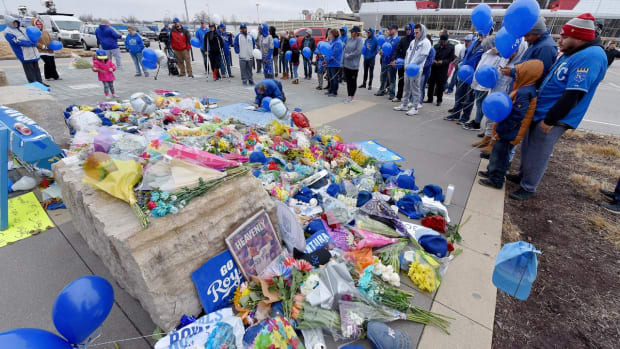 94-year-old Royals fan leaves hospice care to visit Yordano Ventura's memorial - IMAGE