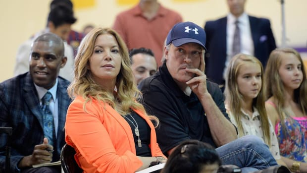 Jeanie Buss foils brothers' attempt to seize control of Lakers--IMAGE