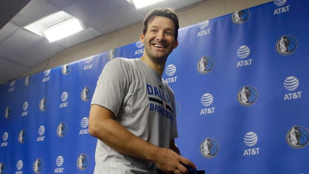 Tony Romo joins Dallas Mavericks for final home game of the season - IMAGE