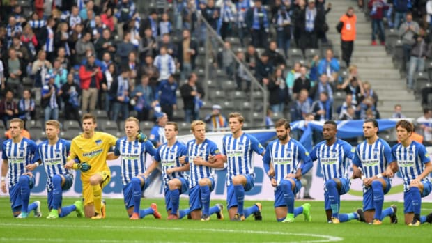 hertha-berlin-kneel.png
