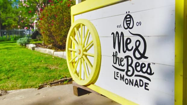 NFL players investing in 12-year-old girl's lemonade business - IMAGE