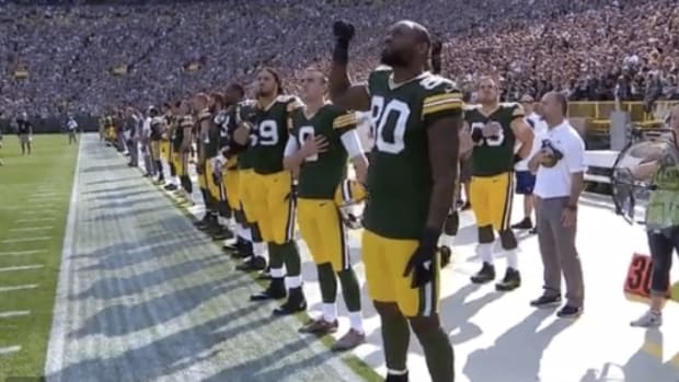martellus-michael-bennett-national-anthem-protest.jpg