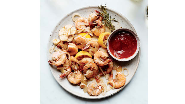 super-bowl-recipes-beer-steamed-shrimp-with-cocktail-sauce.jpg