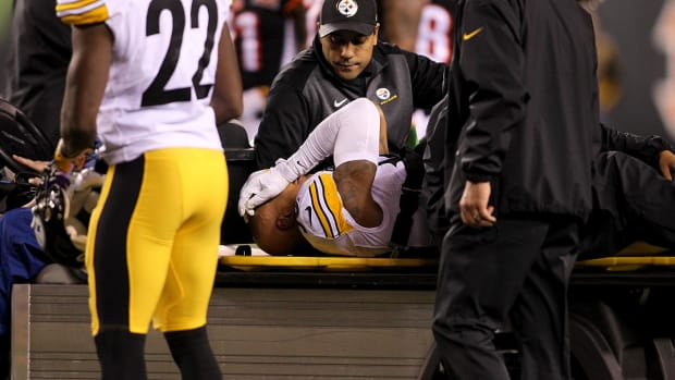 Steelers LB Ryan Shazier Leaves MNF Game In Ambulance--IMAGE