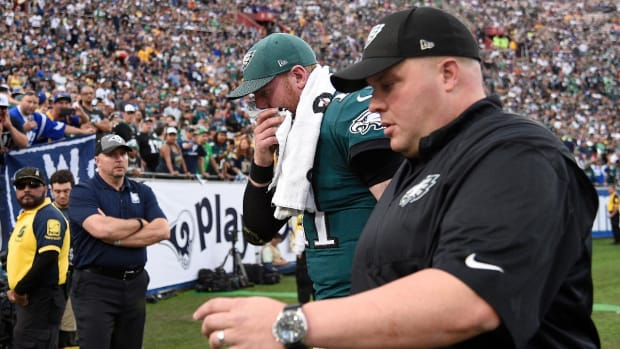 Eagles QB Carson Wentz Injures Knee Against Rams--IMAGE