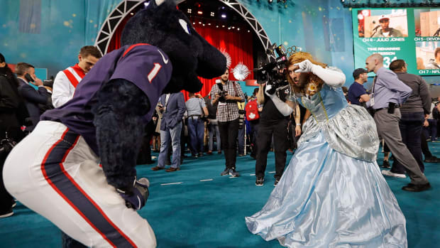Super-Bowl-LI-Opening-Night-Houston-Texans-mascot.jpg