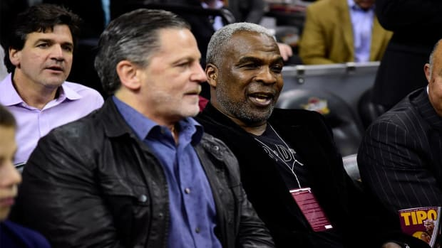Charles Oakley courtside in Cleveland to watch Knicks--IMAGE